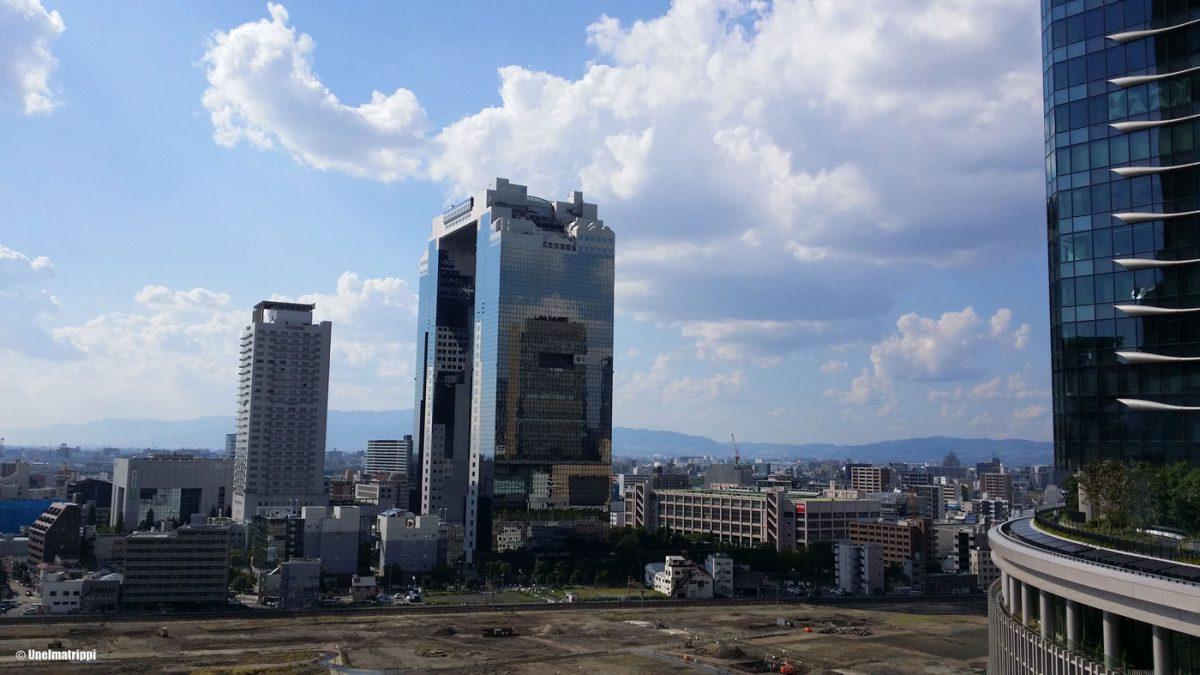 Osakan ytimessä bussia odotellessa