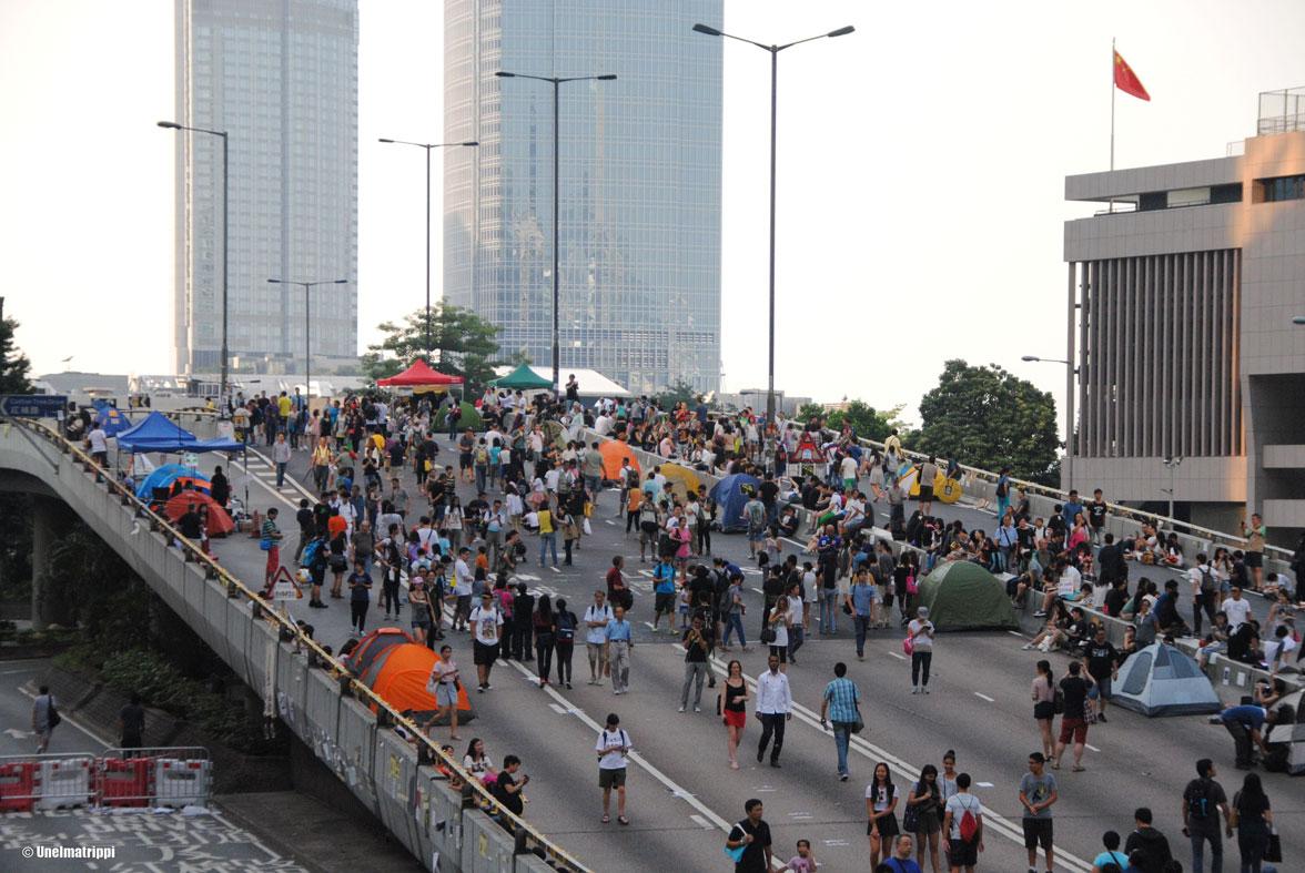Elektroniikkaostoksilla ja mielenosoituksessa Hongkongissa
