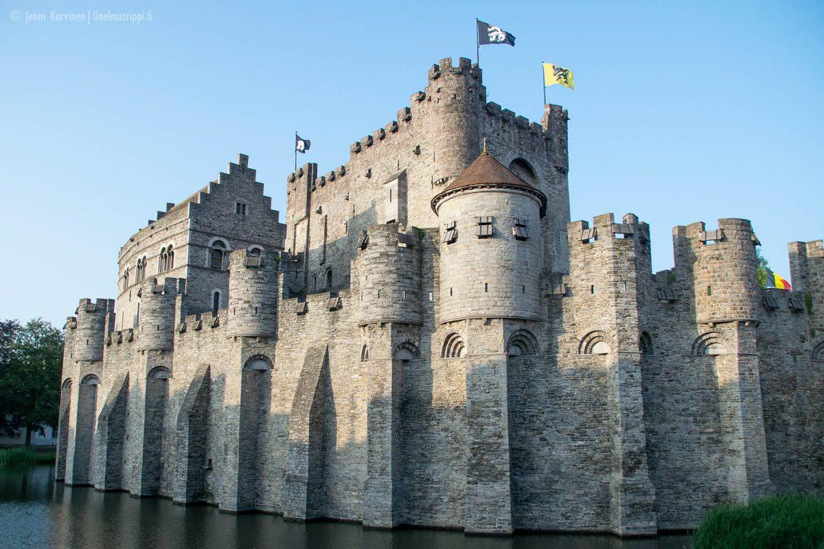 Gravensteenin linna komeilee keskellä Gentiä
