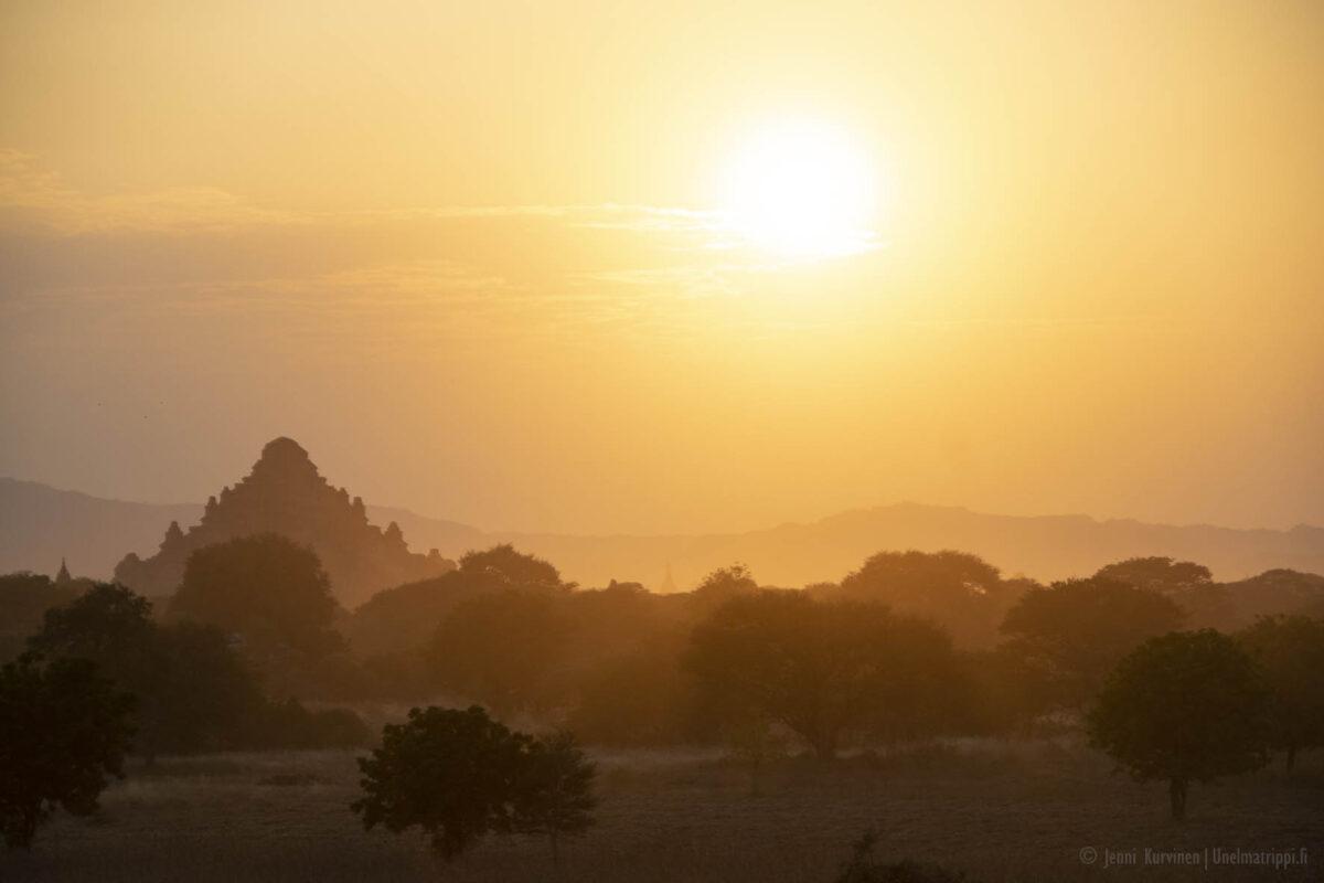 Auringonlasku Baganin temppeleiden yllä Myanmarissa